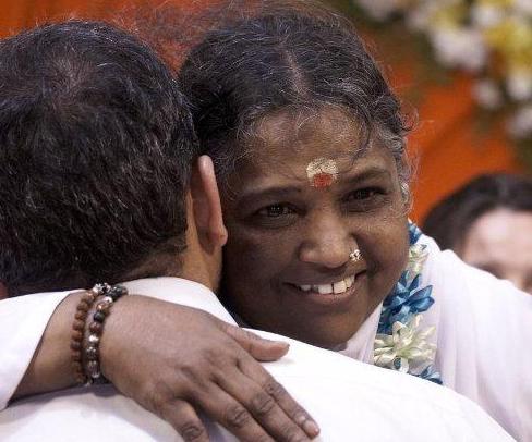 """インドの""""抱きしめる聖者""""アンマが教える愛とは? 今を生き抜くためのメッセージ"""