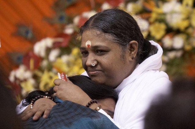 インドの聖者アンマが5月に来日!抱擁の祝福で、心が愛に満たされる。