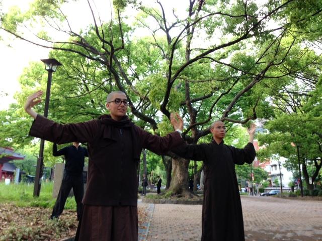 ティク・ナット・ハン師の教えを継ぐ僧侶たちと瞑想~動画でわかりやすくお届けします!