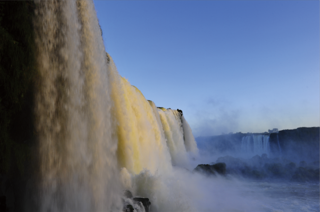 写真で見る「アニミズムへの誘い<br>世界最大の滝、ペルーの空中墳墓