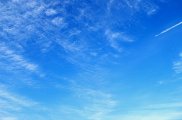 - 秋空と飛行機雲
