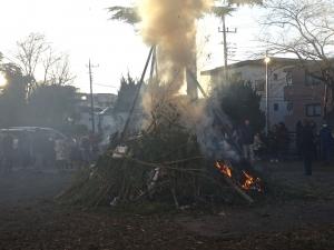 多摩市にある諏訪神社のどんど焼き140117