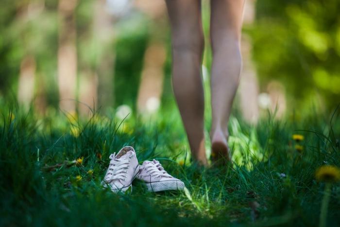 今、地球を感じて健康を取り戻す裸足が注目されている