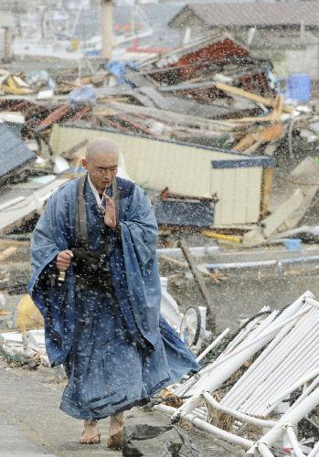 photo Kyodo News 3・11で被災地で祈る僧侶、石雲禅寺の小原宗鑑さん