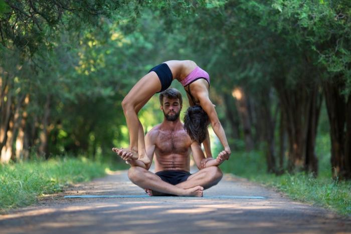 まるでサーカス? 絆を深め心を解放し、健康をもたらすアクロヨガ