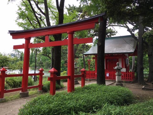 大田区にある洗足池には小さいけれど厳粛な雰囲気を放つ弁財天が祀られている