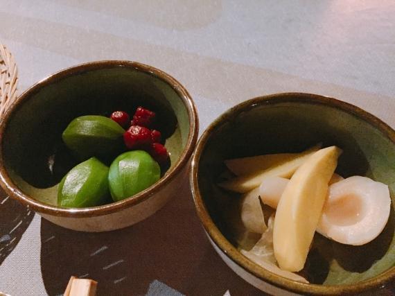 甘酸っぱくて少し噛み応えのある食感。 お肉料理やスパイスの効いたインドネシア料理のお供にフルーツの酢漬けはおすすめです。 マンゴーやラズベリー、サラック(スネークフルーツ)など種類が豊富です。