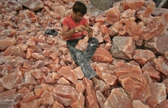 地面から掘りおこされたピンクソルトの塊