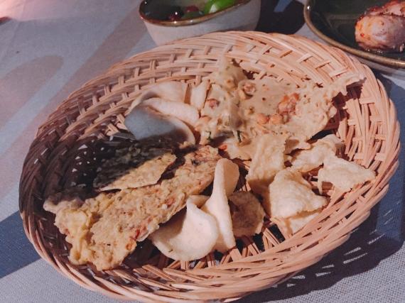 米粉を使ったチップスもあります。 シンプルなものから豆やスパイスが入ったものなどがあり、酒のつまみやおやつに食べるそうですが、揚げ物なので食べ過ぎには気をつけましょう。