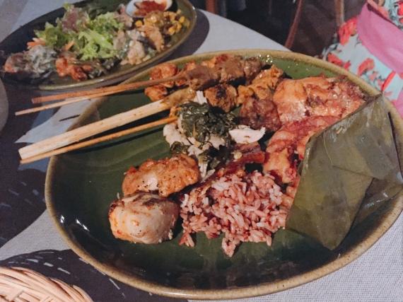 インドネシアでは炭火焼きのエビやチキン、ラムなどを串焼きにして食べるサテが名物。 日本だと焼き鳥に近い感じです。 インドネシアでは道端などで売っており、現地の方はどこが美味しいか知っているほどサテのお店が多いんですね。