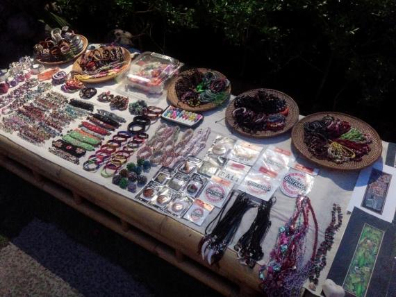 会場内には町に出かけたようなクラフトマーケットが並んでます。 木彫りのキーホルダーや動物マグネット、小物入れなどの雑貨、アクセサリーや絵も販売しています。 さて、一通り回ったら、いよいよケチャダンスのはじまりです。