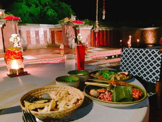 カンポリバリでのディナーショーは、毎週月・水・金曜日のみ。 それ以外でインドネシア料理を食べたい場合は、ホテルのレストランやカフェ へGO!