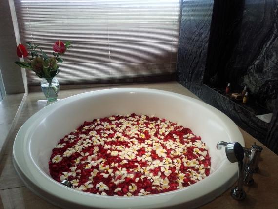 (08:バスルーム) 大理石のバスルームに浮かぶバラの花びらにうっとり。