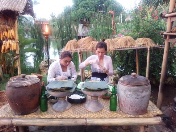 会場の入り口では、バリの女性が郷土菓子を作っています。 今夜のビュッフェに並ぶそうです。