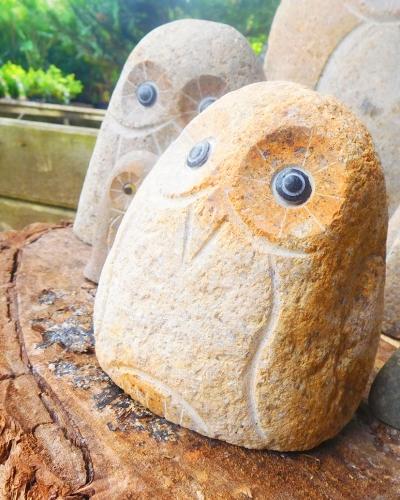 森の守り神として愛されるフクロウ。丸い石でできていました。