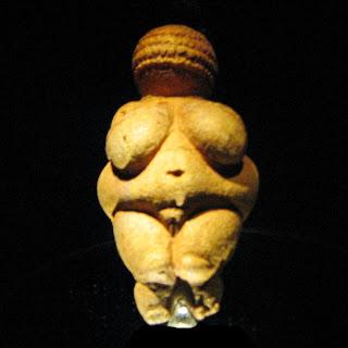 【ヴィレンドルフのヴィーナス 、ウィーン自然史博物館 旧石器時代BC20000年ごろ】