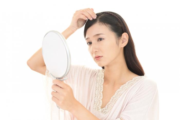 髪の分け目が薄いのは30代から女性ホルモンが減るせい⁉︎ 10年前のダイエットも薄毛の原因に
